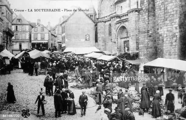 Carte postale illustrée par la photographie de la place du marché à La Souterraine en Creuse France