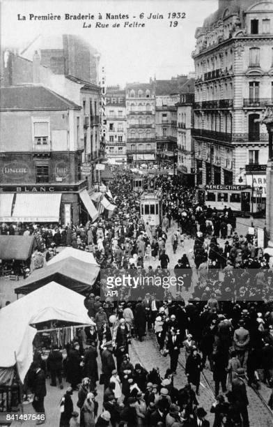 Carte postale illustrée par la photographie de la première braderie à Nantes rue de Feltre le 6 juin 1932 en France