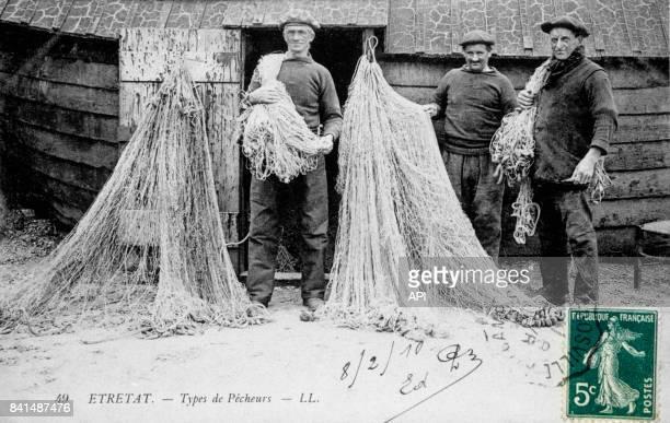 Carte postale illustrée par la photographie de pêcheurs à Etretat en France