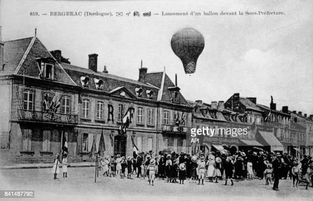 Carte postale illustrée par la photographie du lancement d'une montgolfière devant la SousPréfecture de Bergerac en France