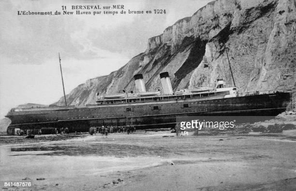 Carte postale illustrée par la photographie du paquebot New Haven échoué sur la plage de BernevalsurMer en 1924 en France