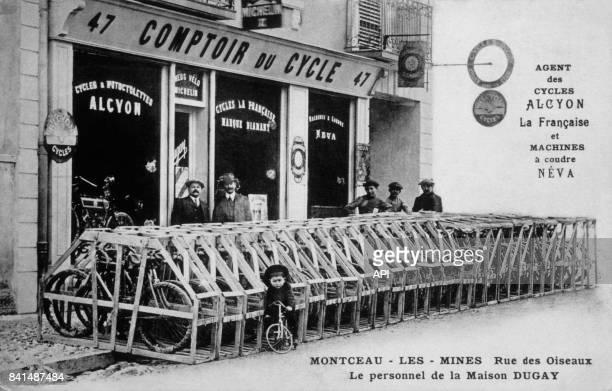 Carte postale illustrée par la photographie du personnel de la Maison Dugay devant la boutique 'le Comptoir du Cycle' à MontceaulesMines en France