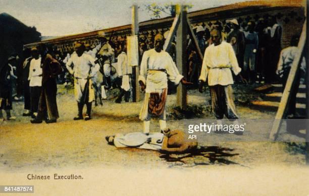 Carte postale illustrée par la photographie d'un corps décapité et de spectateurs en Chine après une exécution