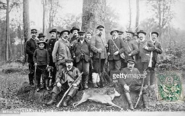 Carte postale illustrée par la photographie d'un groupe de chasseurs entourant une biche morte dans la Forêt Verte de Boisguillaume près de Rouen en...