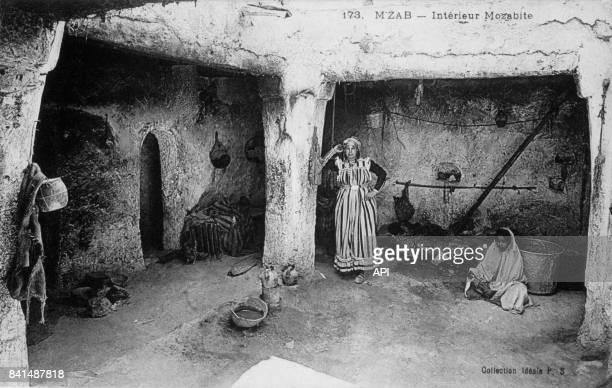 Carte postale illustrée par la photographie d'un intérieur mozabite et de deux algériennes à Mzab en Algérie