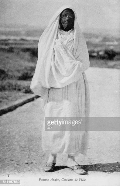 Carte postale illustrée par la photographie d'une femme arabe en costume de ville