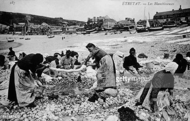 Carte postale illustrée par une photographie de blanchisseuses sur la plage d'Etretat en France