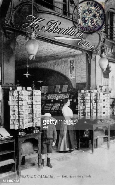 Carte postale illustrée par une photographie de la boutique de cartes postales des éditions H Breuillard au 186 rue de Rivoli à Paris en France