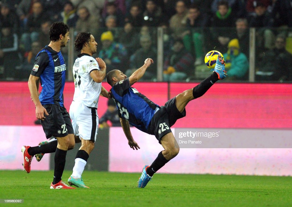 Carvalho Amauri of Parma FC competes with Andrea Ranocchia (L) and Walter Samuel (R) of Internazionale Milano during the Serie A match between Parma FC and FC Internazionale Milano at Stadio Ennio Tardini on November 26, 2012 in Parma, Italy.