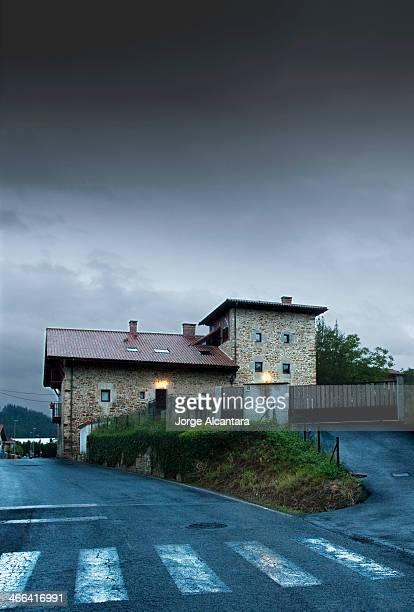 CONTENT] Casa y tormenta llegando