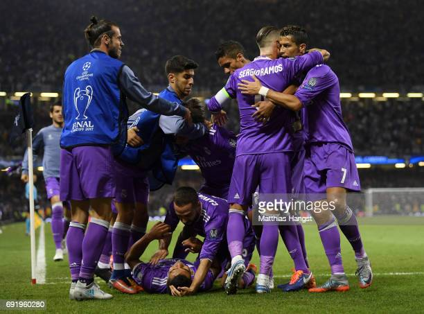 Casemiro of Real Madrid celebrates scoring his sides second goal with his Real Madrid team mates during the UEFA Champions League Final between...