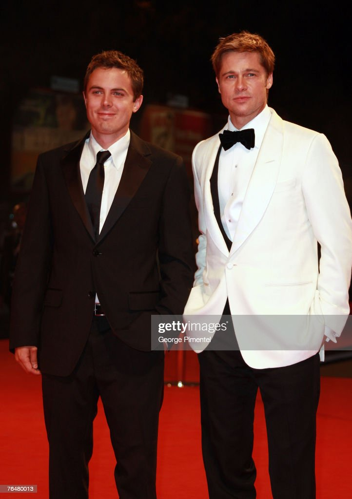 ¿Cuánto mide Casey Affleck? - Altura - Real height Casey-affleck-and-brad-pitt-attends-the-the-assassination-of-jesse-picture-id76480013