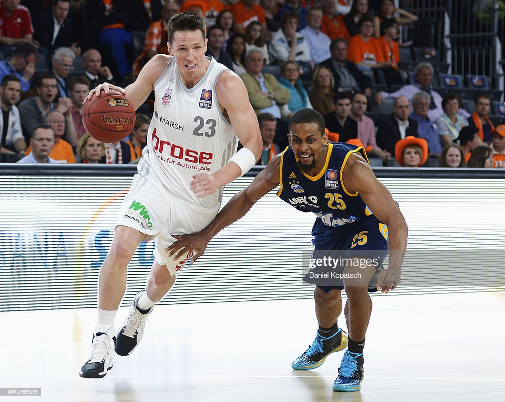 <a gi-track='captionPersonalityLinkClicked' href=/galleries/search?phrase=Casey+Jacobsen&family=editorial&specificpeople=201618 ng-click='$event.stopPropagation()'>Casey Jacobsen</a> of Bamberg (L) is challenged by Clifford Hammonds of Berlin during the Beko BBL Top Four semifinal match between Alba Berlin and Brose Baskets at ratiopharm arena on March 29, 2014 in Ulm, Germany.
