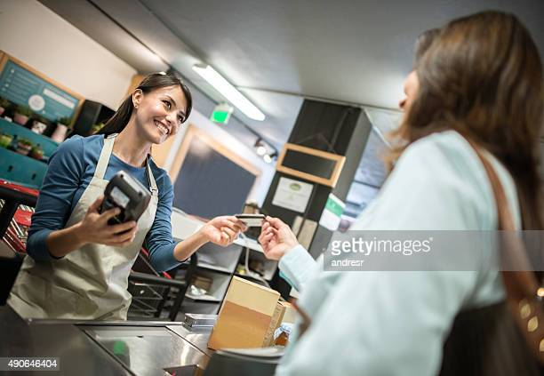 Kassierer im Supermarkt, eine Zahlung