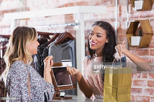 Kassierer helfen Kunden beim Check-out-Schalter der store