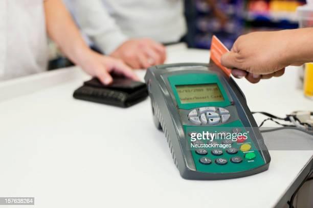 Caissier glisser une carte de crédit