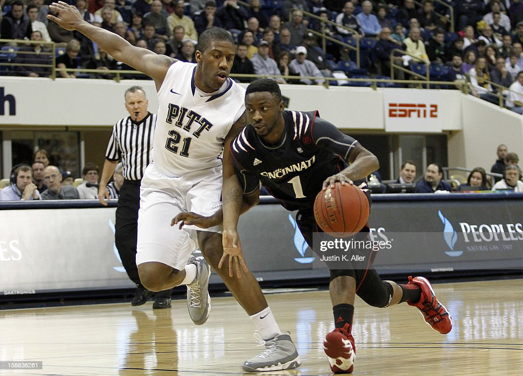 Cashmere Wright #1 of the Cincinnati Bearcats drives to the basket against Lamar Patterson #21 of the Pittsburgh Panthers during the game at Petersen Events Center on December 31, 2012 in Pittsburgh, Pennsylvania.