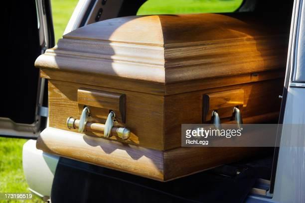 Casket auf einen Leichenwagen