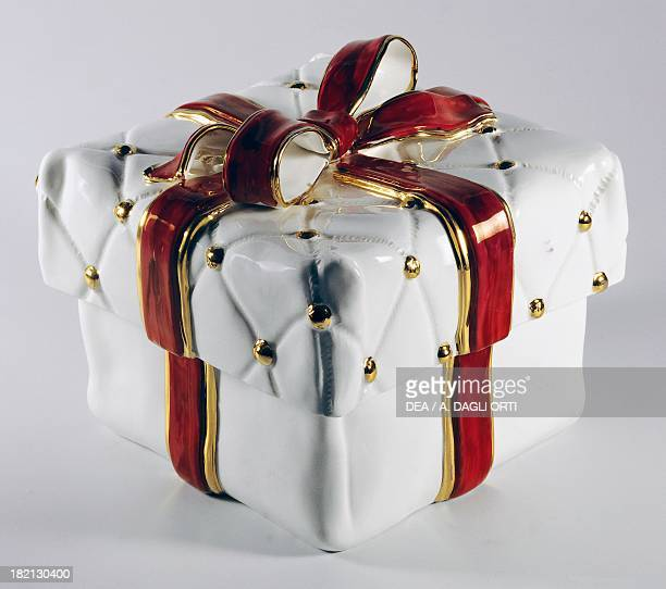 Casket in the shape of a gift box with red ribbon ceramic height 18 cm L'Ancora manufacture Nove di Bassano Veneto Italy 20th century