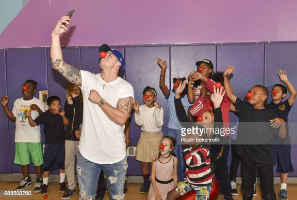 Casper Smart takes selfie with children at Union Rescue Mission LA the 'Red Nose Dance' during Red Nose Day at Union Rescue Mission on May 25 2017 in...