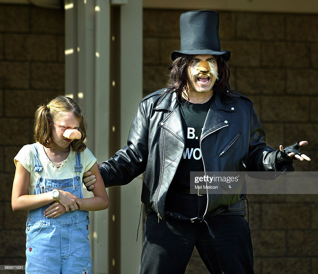 Cassie Johnson as Baby Pig and Chris Carnicelli as BB Wolf during performance of The Three Little Pigs as Barranca Vista Park in Ventura Digital...