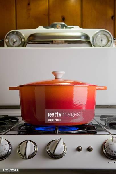 Olla de hierro fundido en estufa
