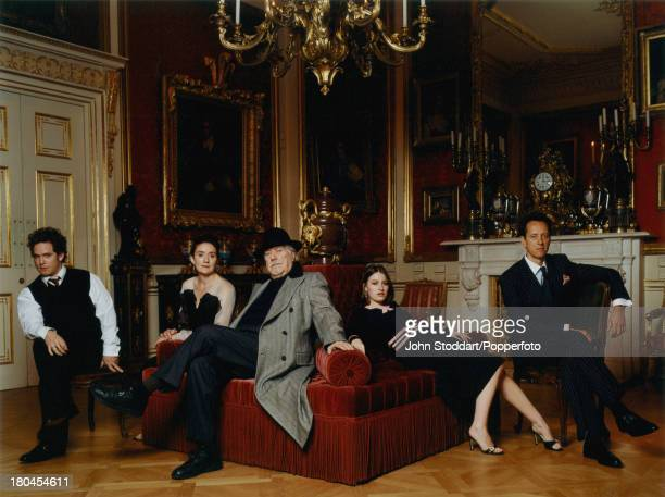 Cast members and director of the film 'Gosford Park' circa 2001 From left to right Tom Hollander Sophie Thompson director Robert Altman Kelly...