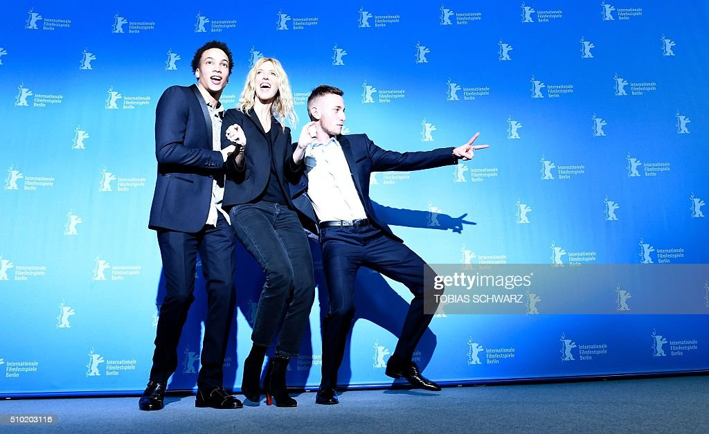 Cast members Corentin Fila (L-R), Sandrine Kiberlain and Kacey Mottet Klein pose during a photo call for the film 'Quand on a 17 Ans' (Being 17) by Andre Techine in competition at the 66th Berlinale Film Festival in Berlin on February 14, 2016. / AFP / TOBIAS SCHWARZ