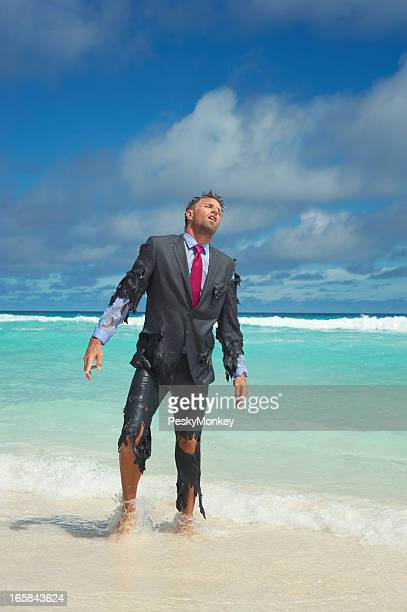 Naufrago Uomo d'affari emerge da un mare tropicale