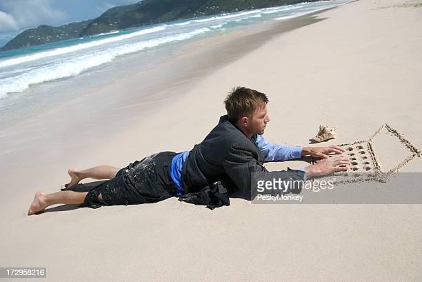Castaway Geschäftsmann Arbeiten am Strand Laptop tippen