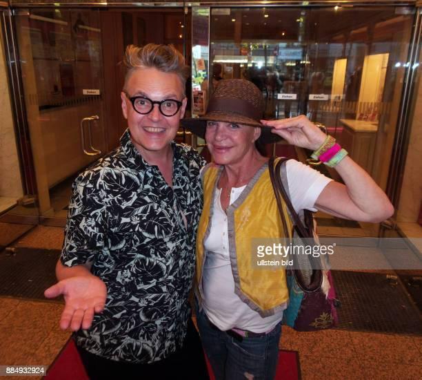 Castingagent Rolf Scheider Reality Star Barbara Engel vl aufgenommen bei der Premiere von dem Theaterstück Der Mann der sich nicht traut im Theater...