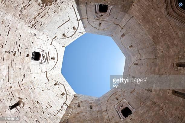 Castle (Castel del Monte, la Puglia e nell'Italia meridionale