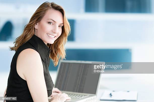 Lässig Blonde Geschäftsfrau in modernen Büro