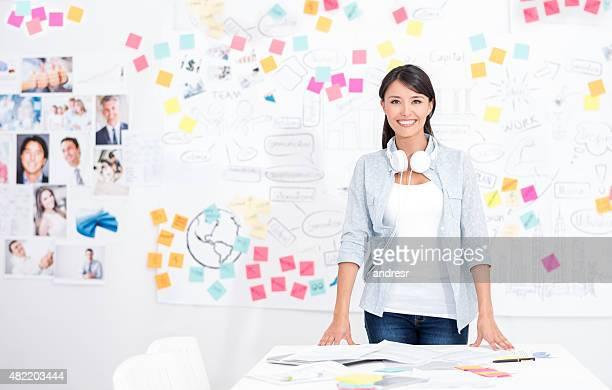 Casual business-Frau im Büro