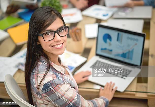 Casual mujer de negocios en la oficina