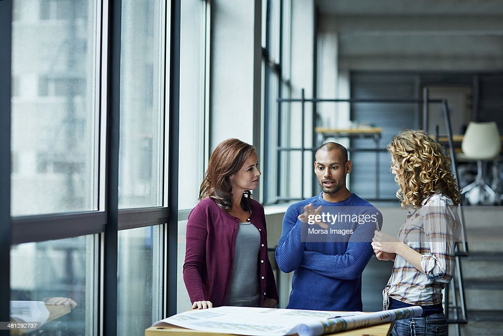 Casual discussion between coworkers : Stock Photo