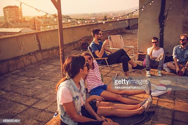 Zwangloses Treffen auf dem Dach
