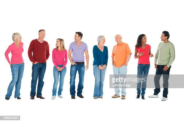 Lässig Gruppe von Menschen sprechen in einer Reihe-isoliert