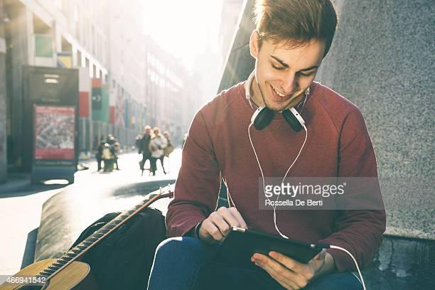 Legerer Mann Blick auf einem Tablet arbeitet