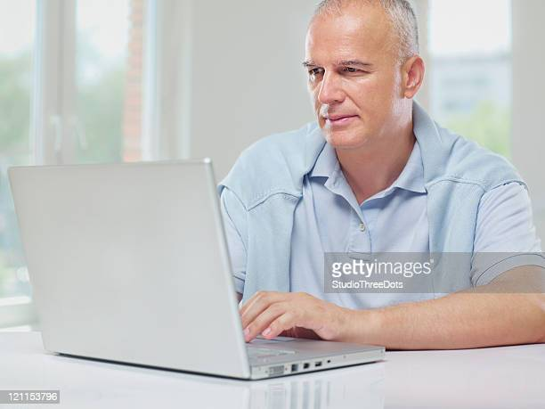 Lässig Älterer Mann mit laptop