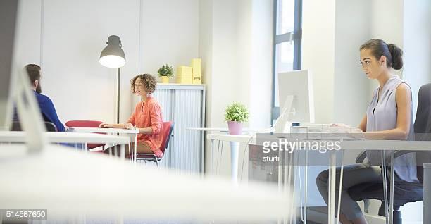 カジュアルなオフィス環境