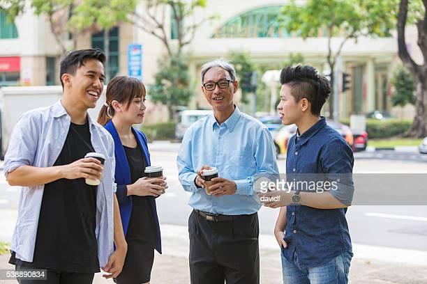 Reunión informal al aire libre de Grupo de negocios con empresarios de inicio