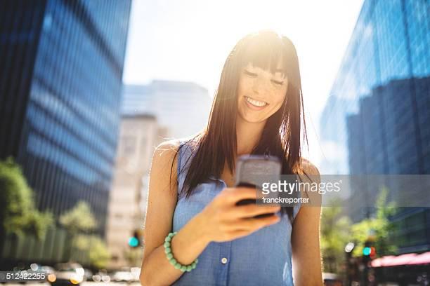 Femme décontractée, envoi de SMS à Montréal-Scène urbaine