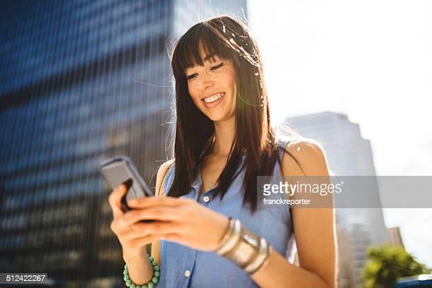 Lässig Frau SMS in montreal-städtisches Motiv