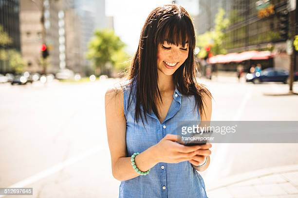 casual mujer mensajes de texto en montreal; Escena urbana