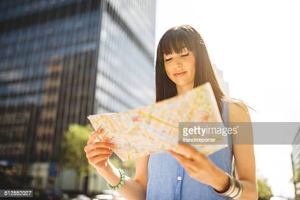 casual woman tourist en montreal; Escena urbana