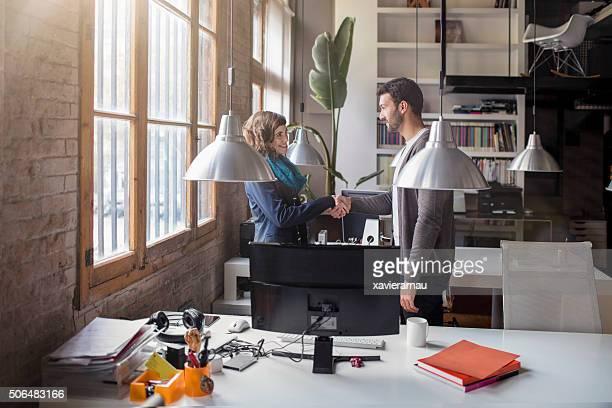 Lässige junge Geschäftsleute Händeschütteln nach einem meeting