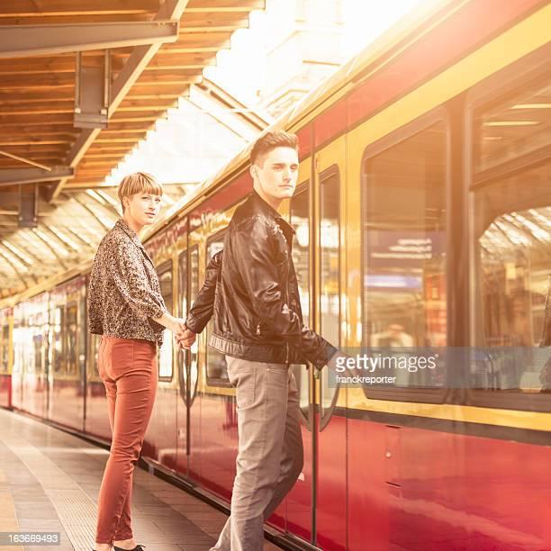 Casal Jovem Casual, à espera o comboio em Berlim