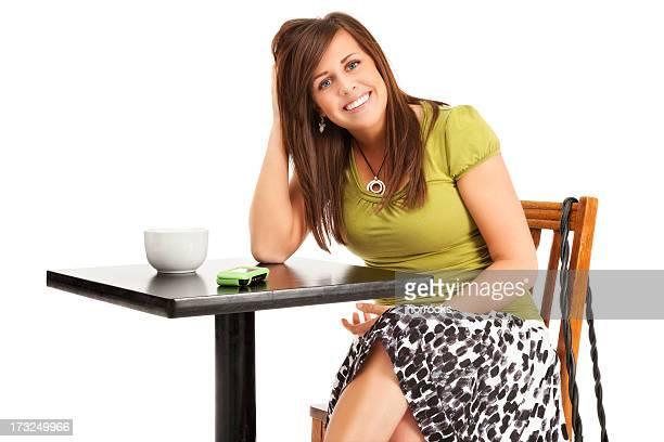 カジュアルな若い女性のカフェテーブルを備えたラウンジ