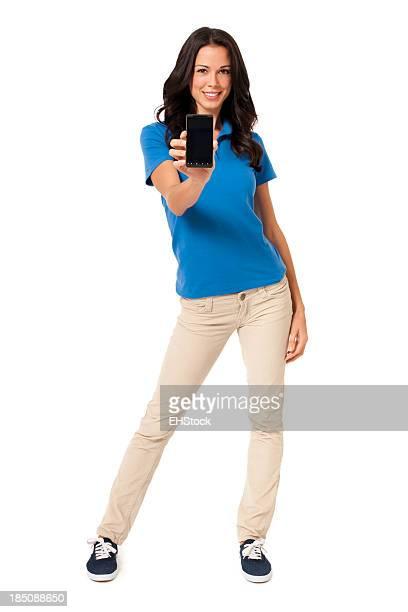 Casual jeune femme avec son Smartphone isolé sur fond blanc